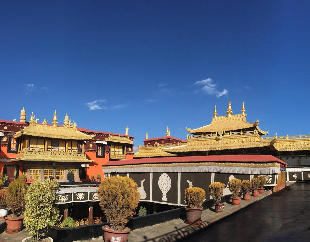 Top tibetan monasteries and temples. Buddhist monasteries in Tibet. Jokhang Temple
